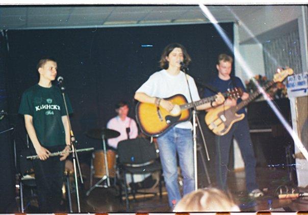 Фото из Факела, но судя по моей футболке не с самого первого концерта. Футболку я выиграл на Клинском рок-фестивале в составе группы «Зареница» (Александр Логунов), и это было осенью 2000.