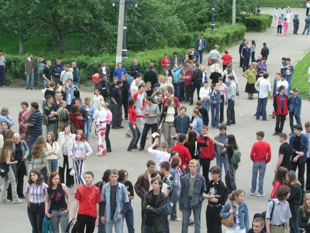 """Фото """"зрительного зала"""" во время концерта на козырьке ДК Дружба в Чехове"""